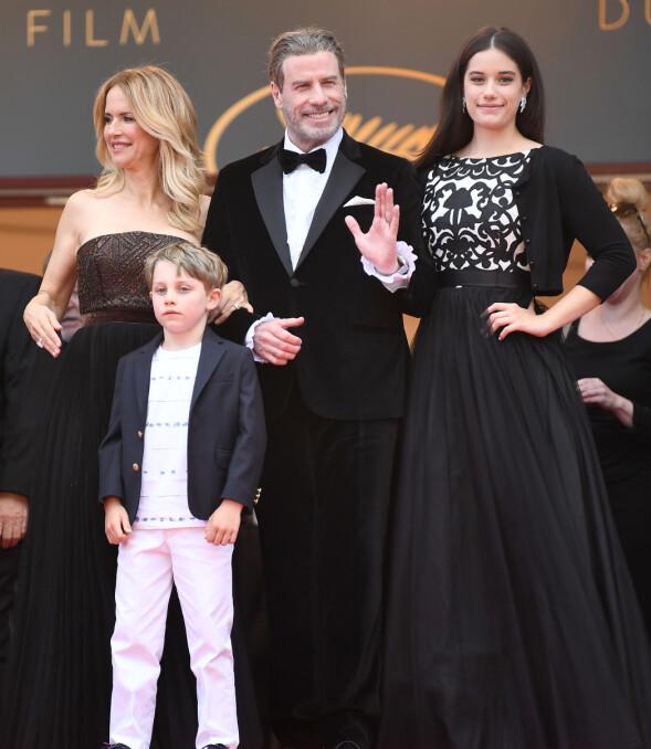 POSERTE SAMMEN: Travolta-familien på vei inn til visningen av «Solo: A Star Wars Story» i Cannes under filmfestivalen tirsdag. Foto: James Gourley/REX/Shutterstock/ NTB scanpix
