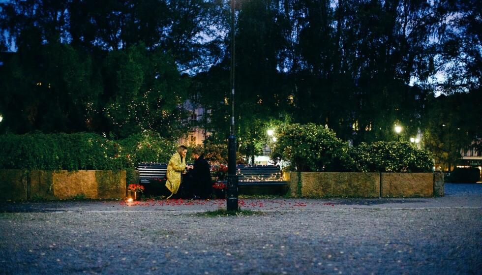 NED PÅ KNE: Stian Blipp valgte å fri til Jamina Iversen på en benk ved Grünerløkka, hvor paret ble kjærester fire år tidligere. Foto: Veronica Solheim