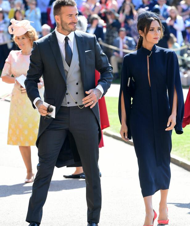 I MARINEBLÅTT: David og Victoria Beckham ankom sammen - uten hver sin OBE-medalje på jakkeslaget. Foto: NTB scanpix