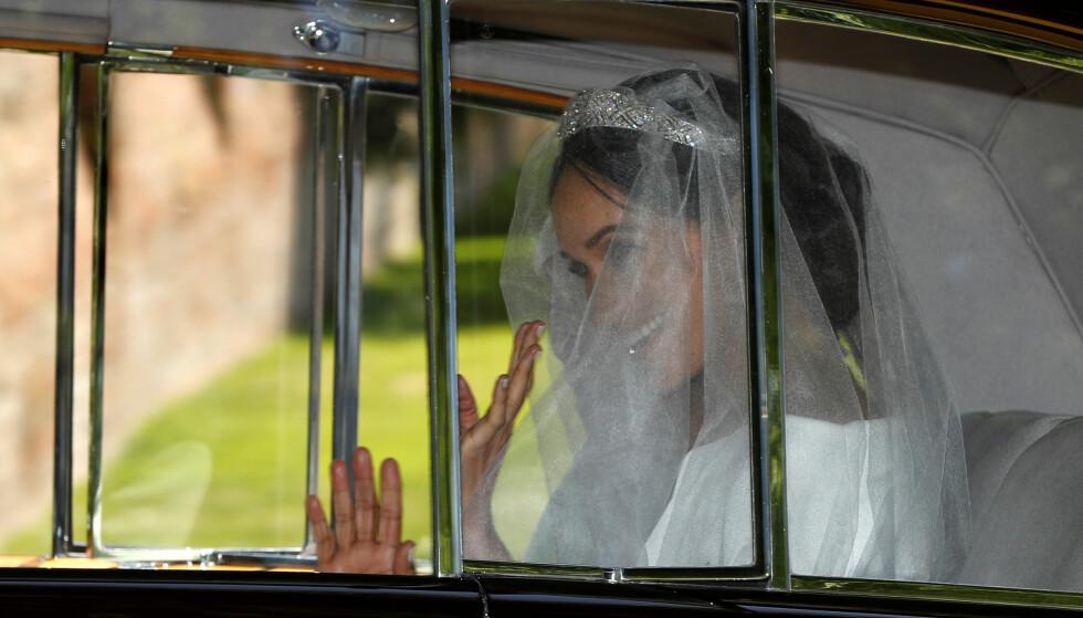 FØRSTE GLIMT: Meghan Markle smilte og vinket på vei til kapellet i Windsor lørdag. Foto: NTB scanpix