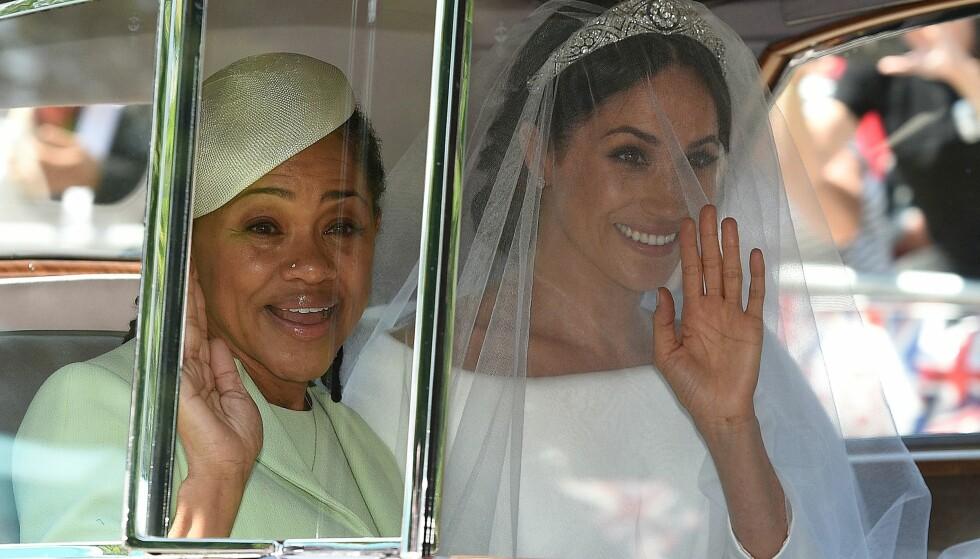 VAKKER: Meghan Markle gikk for en enkel brudekjole, samt et langt slør og en lånt tiara fra dronning Elizabeth. Her med moren Doria Ragland på vei til vielsen. Foto: NTB scanpix