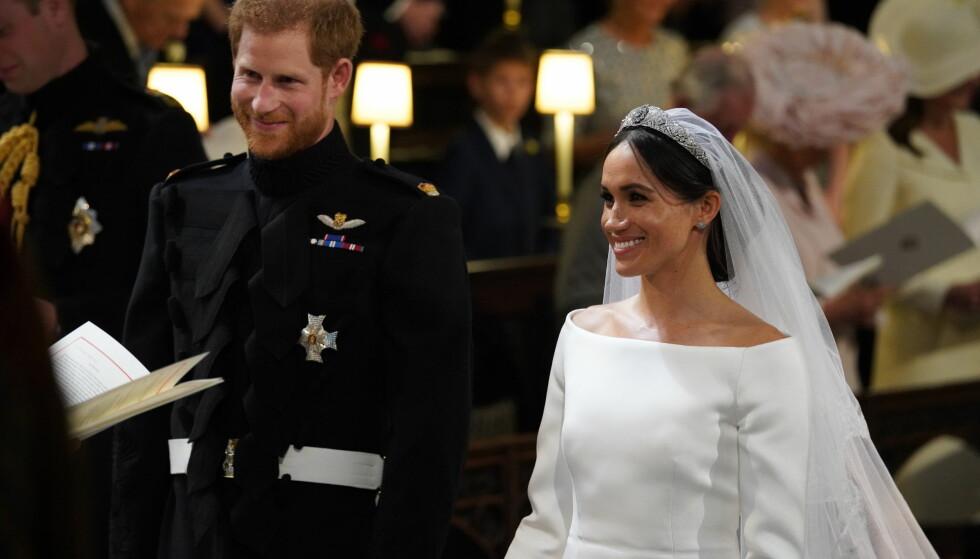 VISTE FREM KJOLEN: Meghan Markles brudekjole kom til sin rett da hu8n og prins Harry ble viet i kapellet ved Windsor slott lørdag ettermiddag. Foto: NTB scanpix