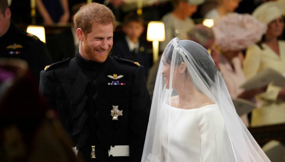 SMILTE: Prins Harry og Meghan Markle hadde tilsynelatende kun øyne for hverandre under vielsen, selv om millioner har fulgt begivenheten på tv verden over. Foto: NTB scanpix