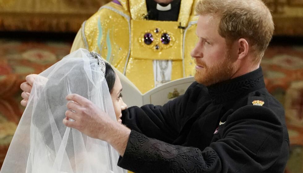 FIKK SE BRUDEN: Prins Harry fjernet sløret til Meghan Markle inne i St, George's kapell. Foto: NTB scanpix