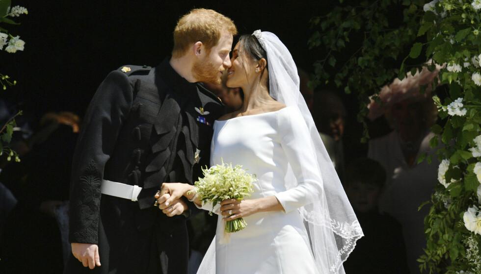 KYSS PÅ TRAPPA: Som helt «vanlige» brudepar serverte prins Harry og Meghan Markle de oppmøtte et kyss på trappene utenfor kapellet. Foto: NTB scanpix