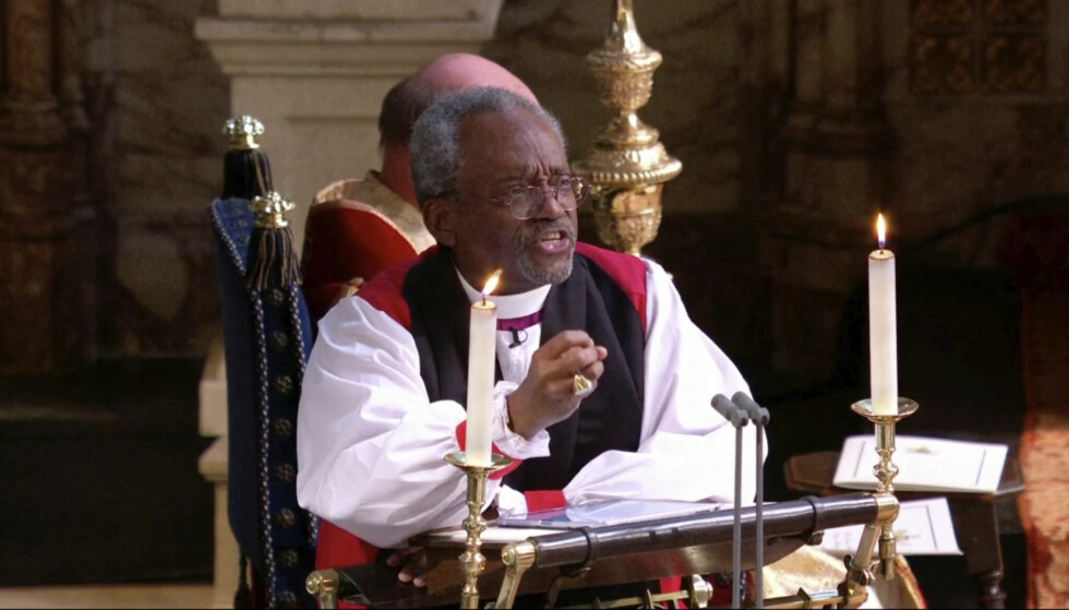 SKAPTE LATTER: Biskop Michael Curry var svært engasjert da han talte til den fullsatte kirka. Foto: NTB Scanpix