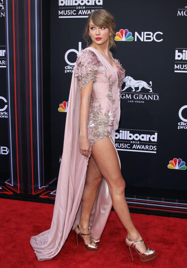<strong>STJAL OPPMERKSOMHETEN:</strong> Taylor Swift skapte stor oppmerksomhet da hun dukket opp på den røde løperen i Las Vegas for første gang på to år. Foto: NTB Scanpix