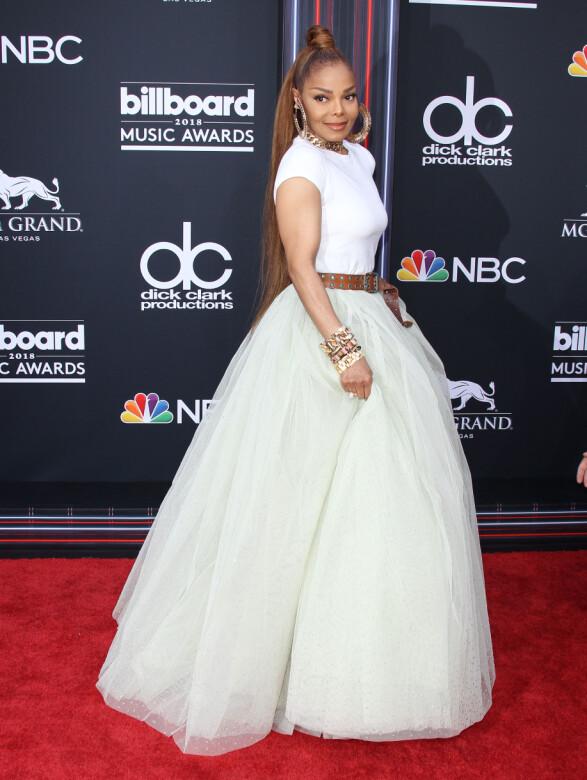 <strong>STRÅLTE:</strong> Janet Jackson strålte i en lang ballerina-inspirert kjole på den røde løperen. Hun opptrådte også under kveldens prisutdeling. Foto: NTB Scanpix