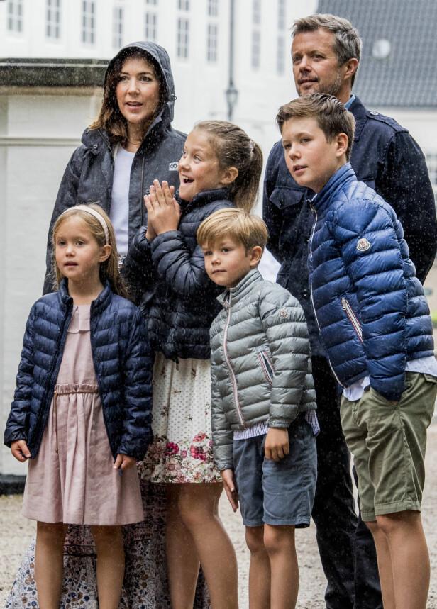 ENDRING: Kronprins Frederik og kronprinsesse Mary har fire barn sammen. Han forteller at han ønsker at overgangen skal være enklere for dem enn det den var for ham. Her er de fotografert i sommer. Fra venstre i forgrunnen ser vi prinsesse Josephine, prinsesse Isabella, prins Vincent og prins Christian. Foto: NTB scanpix