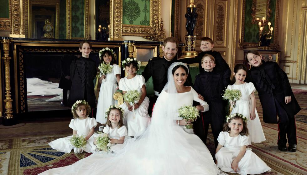 SMØRBLID GJENG: Prins Harry og Meghan Markle, nå kjent som henholdsvis hertug og hertuginne av Sussex, har delt tre nye offisielle bryllupsbilder med offentligheten. Her sammen med brudepiker og -svenner. Foto: Alexi Lubomirski / Kensington Palace / AP / NTB Scanpix