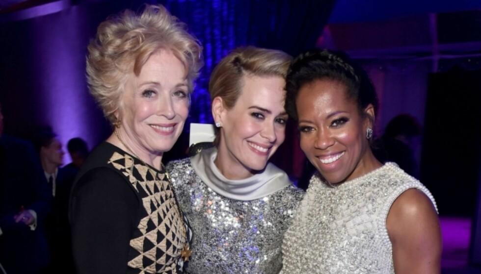 <strong>ÅPEN OM FORSKJELLEN:</strong> Skuespillerparet Holland Taylor og Sarah Paulson lot seg avbilde sammen med skuespiller Regina King under etterfesten til Critics Choice Awards i 2016. Foto: NTB Scanpix