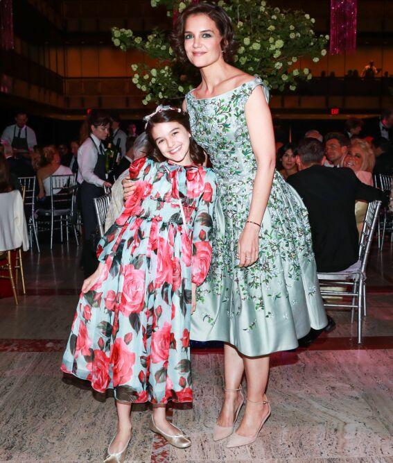 MATCHET MAMMA: Suri Cruise var søt i en kostbar kjole fra Dolce & Gabbana, og så ut til å kose seg på galla med mamma Katie Holmes. Foto: Neil Rasmus/BFA/REX/Shutterstock/ NTB scanpix