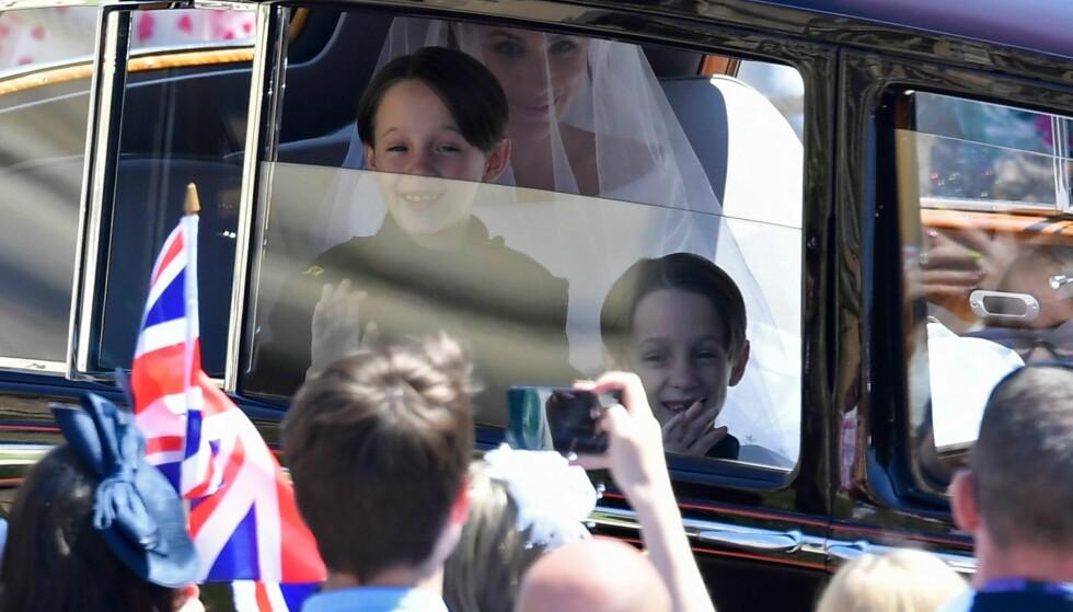<strong>BEGEISTRET:</strong> Tvillingene John og Brian Mulroney hadde «hele» verdens øyne rettet mot seg, da de fulgte Meghan Markle på vei til å bli hertuginne lørdag. De to bar sløret hennes både før og etter vielsen. Foto: AFP/ NTB scanpix