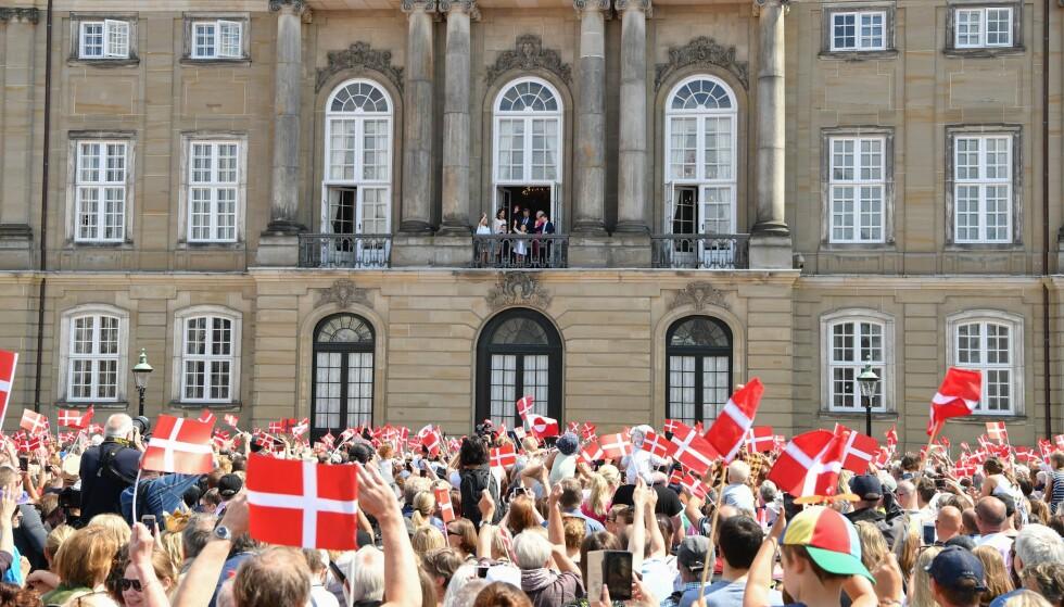 MANGE OPPMØTTE: Flere hundre hadde møtt opp foran Amalienborg slott med flagg og pappkroner for å hylle sin tronarving. Foto: NTB Scanpix