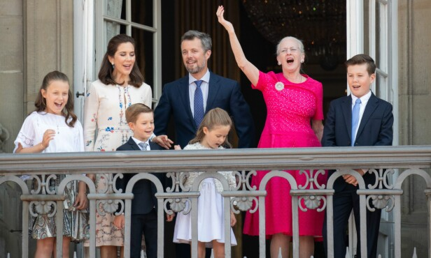 HÆLA I TAKET: De danske kongemedlemmene vinket til folket i formiddag. Samtidig pågikk det dramatikk i folkemengden. Foto: NTB Scanpix