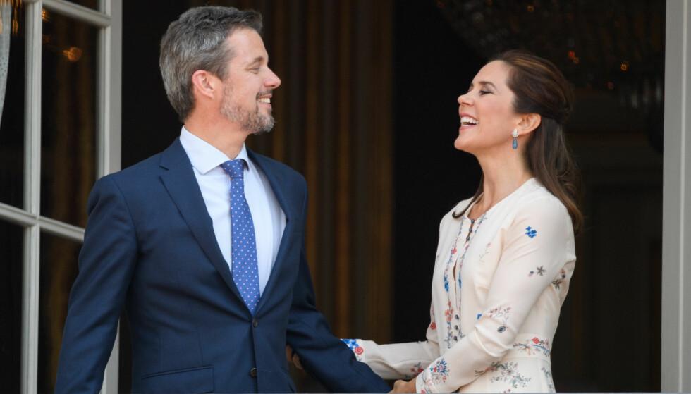 BLIDE: Det danske kronprinsparet sendte hverandre kjærlige blikk på slottsbalkongen. Foto: NTB Scanpix