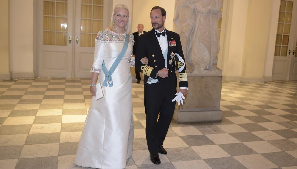 PÅ FEST: Kronprinsesse Mette-Marit og kronprins Haakon var på plass på Amalienborg slott. Foto: NTB Scanpix