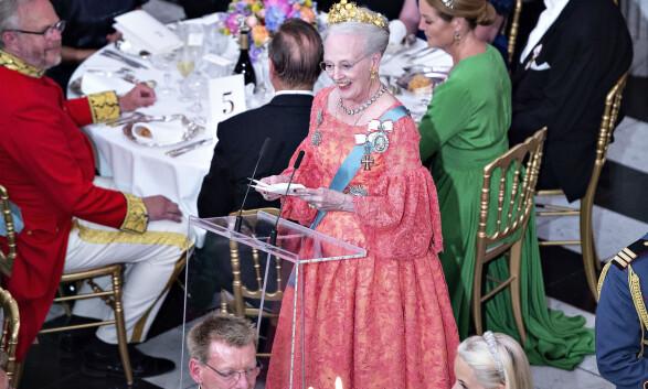 HOLDT TALE: Dronning Margrethe talte for sønnen sin under festmiddagen. Foto: NTB Scanpix