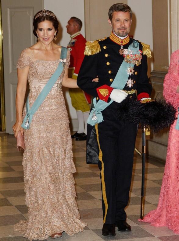 BLE FEIRET: Det danske kronprinsparet var elegant antrukket foran sin egen festmiddag. Foto: NTB Scanpix