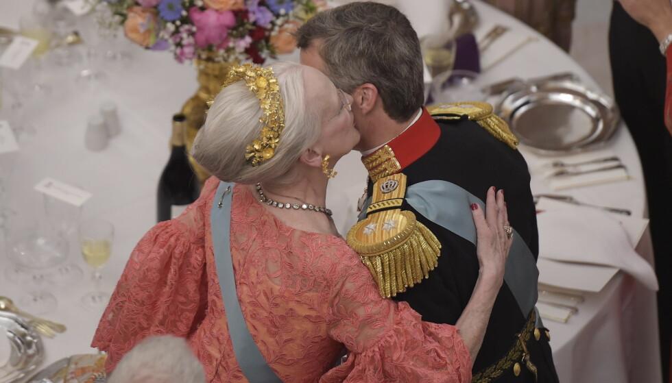 GOD MAMMAKLEM: Dronning Margrethe gir sønnen sin en varm klem etter talen. Foto: NTB Scanpix