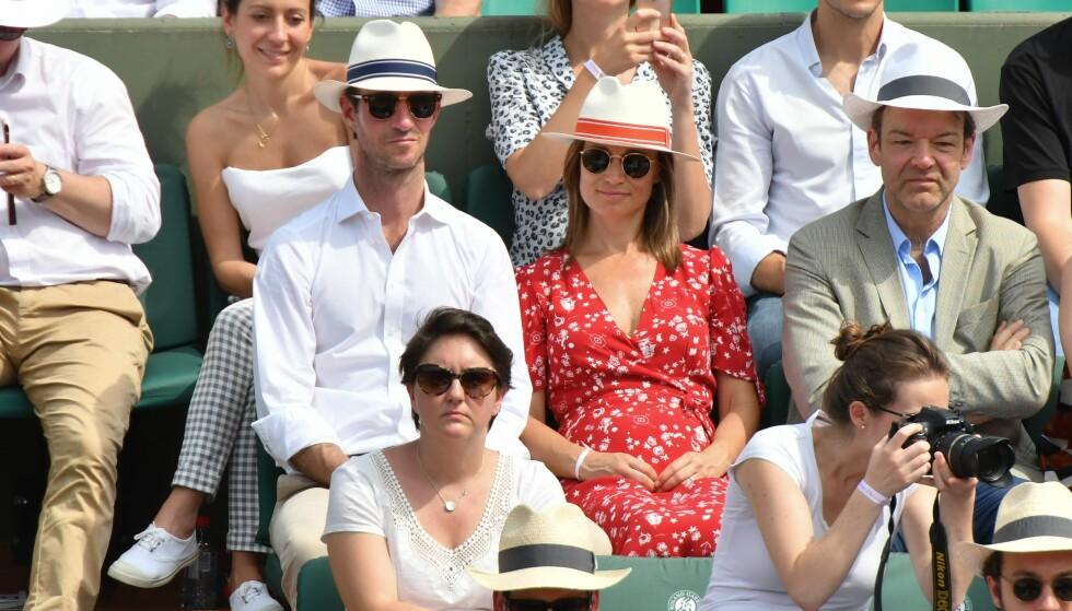 EN BABYMAGE HER?: Pippa Middleton og James Matthews kastet glans over French Open i Paris i helgen. Imidlertid var det Pippas mageparti som stjal mye av fokuset. Foto: NTB scanpix