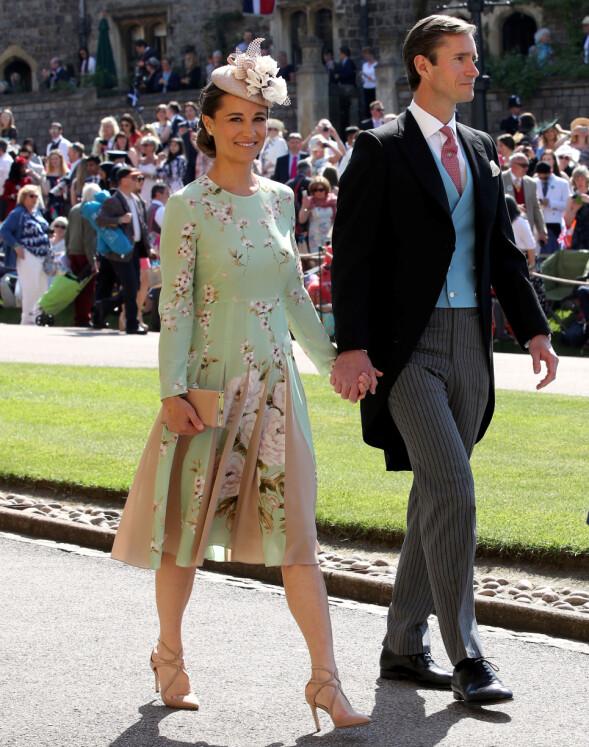 I BRYLLUPET: Pippa Middleton var iført en kjole med folder som muligens skulle skjule magen da hun og James Matthews deltok i bryllupet til Meghan Markle og prins Harry 19. mai. Foto: Reuters/ NTB scanpix