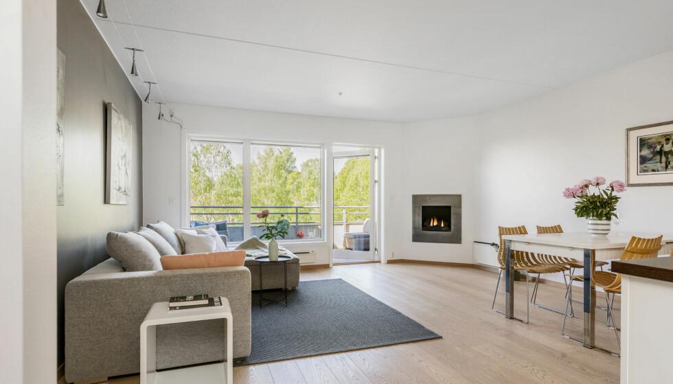 LYST OG MODERNE: Hjemme hos Martin er det gasspeis, åpen kjøkkenløsning og romslig terrasse rett utenfor stuedøra. Foto: Anne Andersen/ Studio Oslo