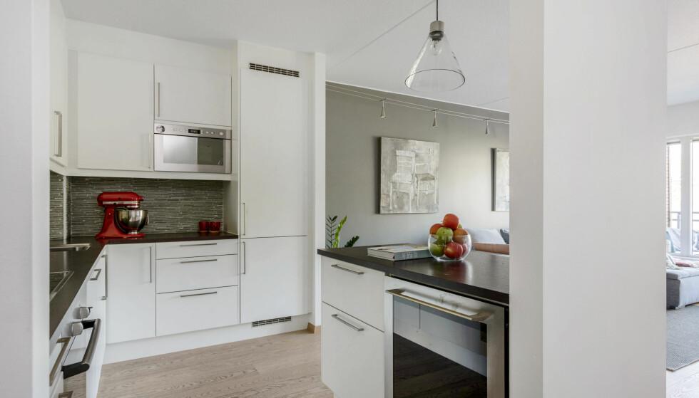DISKER OPP: Ifølge kona Marieke trår Martin til både på kjøkkenet og ellers når han først er hjemme. Foto: Anne Andersen/ Studio Oslo