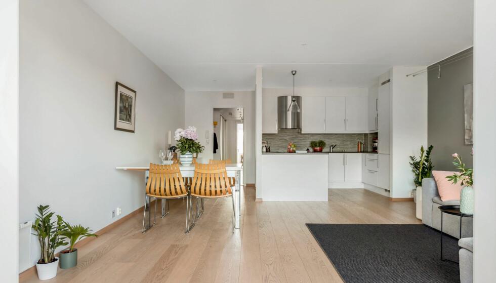 LYST OG LUFTIG: Den lyse og romslige stuen har åpen kjøkkenløsning, gasspeis og utgang til verandaen. I alle rom er det 1-stavs parkett. Foto: Anne Andersen/ Studio Oslo