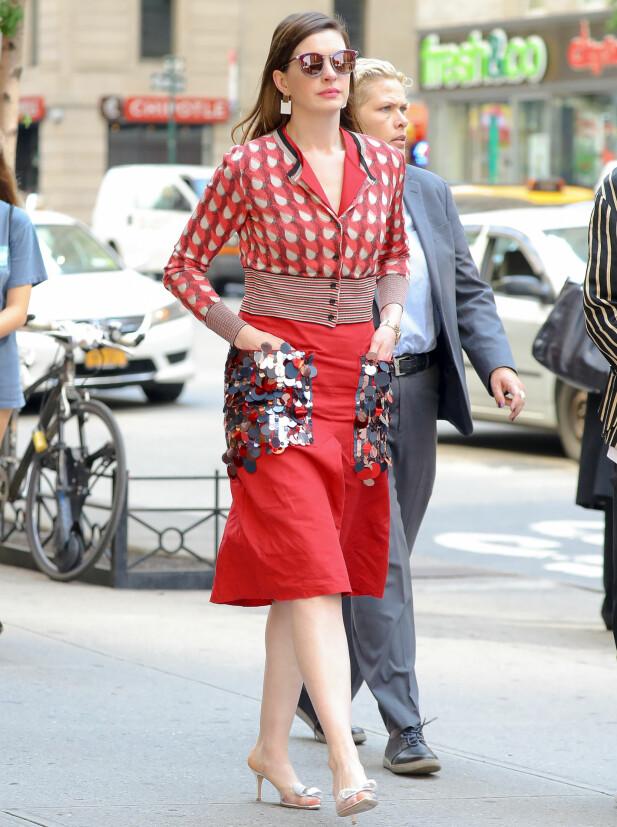 UTE PÅ VIFT: Anne Hathaway avbildet ute i New York forrige uke. Foto: NTB scanpix