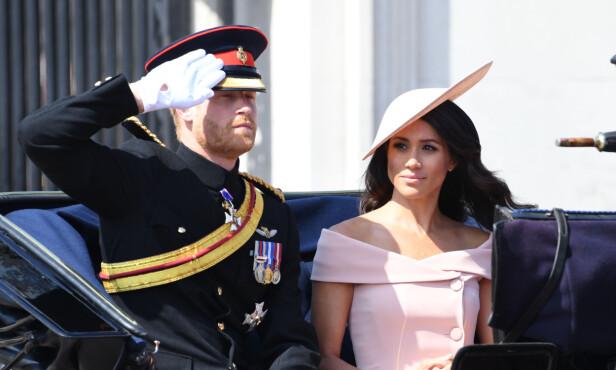 HØYTIDELIG: Prins Harry og hertuginne Meghan avbildet sammen i formiddag. Foto: NTB Scanpix