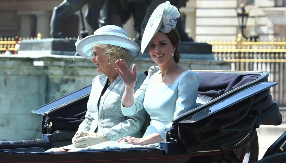 MATCHET: Både hertuginne Camilla og hertuginne Catherine valgte å gå for lyseblå antrekk under dagens parade. Foto: NTB Scanpix