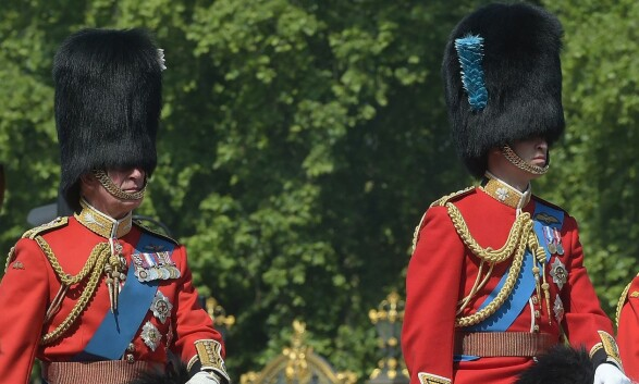 TITT-TEI: Prins Charles og prins William var nesten usynlige der de satt oppå hver sin hest. Foto: NTB Scanpix