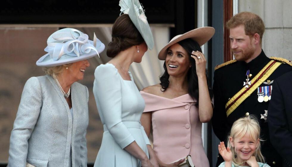 GOD STEMNING: Etter dagens parade var det for duket for flyshow utenfor Buckingham Palace, fulgt fra slottsbalkongen av de britiske kongemedlemmene. Og det er ingen tvil om at Meghan er tatt inn i varmen. Foto: NTB Scanpix