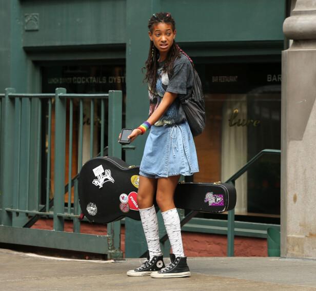 <strong>GLAD I MUSIKK:</strong> Helt siden Willow Smith var barn har hun dyrket sin lidenskap for musikk. Hun har i en alder av 17-år gitt ut flere hits i løpet av årene. Her observert i Soho i New York tidligere i år. Foto: NTB Scanpix