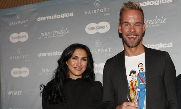 SKAL VÆRE AKTUELL: Her er VG-journalist Morten Hegseth (midten) sammen med Mina Ghabel Lunde under VIXEN Influencer Awards 2017 på Grand hotell. Foto: Terje Bendiksby / NTB scanpix