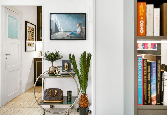 TRENDY: I leiligheten har bloggeren flere spesielle møbler - blant annet dette bordet. Foto: Carsten Müller / ZOVENFRA