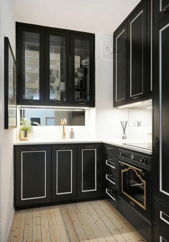 SPESIALLAGET: Kjøkkenet i leiligheten er bygget spesielt for leiligheten, og består av sort tre og detaljer i gull. Foto: Carsten Müller / ZOVENFRA