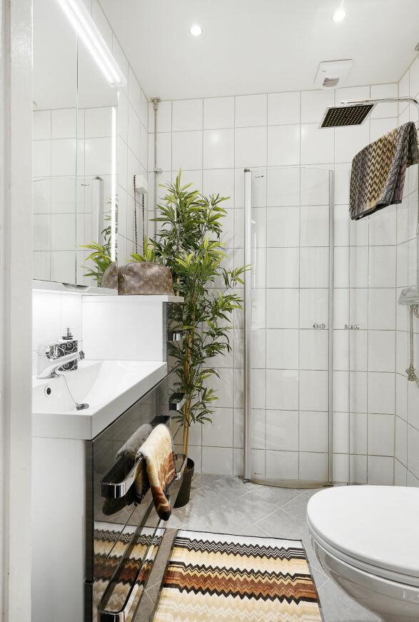 FINT BAD: Sophie Elise har stylet badet sitt med tepper fra Missoni, en grønn plante og en sminkeveske fra Louis Vuitton. Foto: Carsten Müller / ZOVENFRA