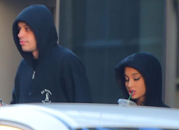 SAMBOERE: Her forlater Ariana og Pete sin nye leilighet på Manhattan i matchende svarte hettegensere tidligere denne uken. Foto: Splash News/ NTB Scanpix.