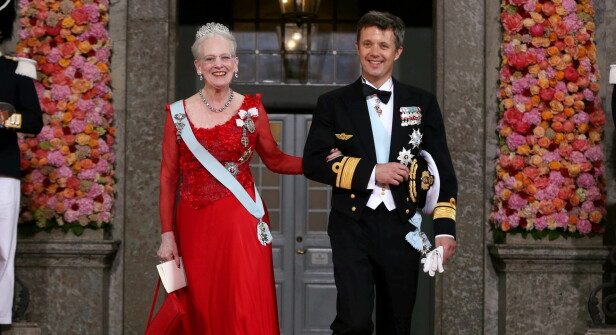 <strong>STEPPET INN:</strong> Etter å ha signert de nødvendige dokumentene, valgte dronning Margrethe å la sønnen, kronprins Frederik, ta over møtet med den nye ministeren. Her er mor og sønn avbildet ved en tidligere anledning. Foto: NTB Scanpix