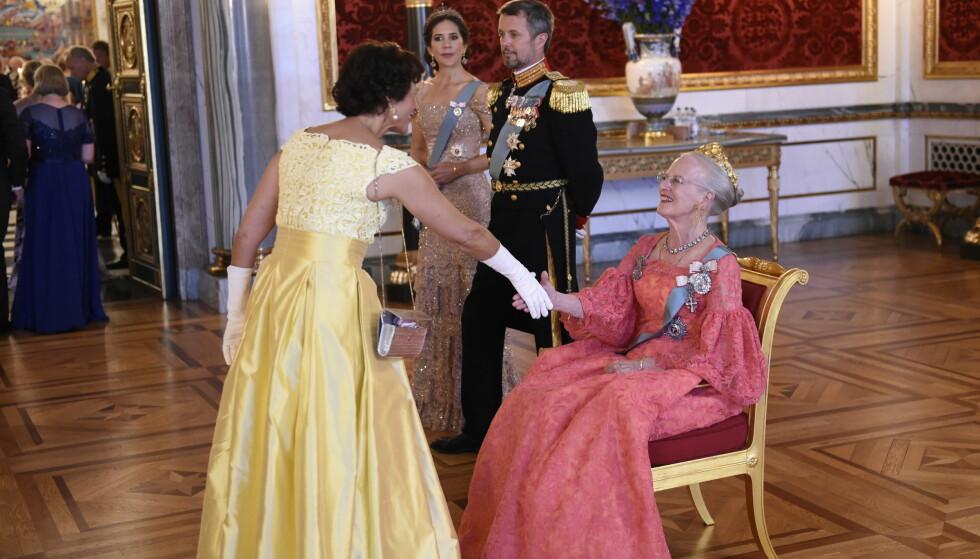 <strong>HILSER:</strong> Under kronprins Frederiks 50-årsfeiring i København i mai, valgte dronning Margrethe å hilse på gjestene sittende. Foto: NTB Scanpix
