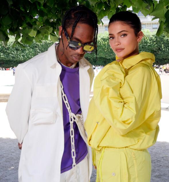 SAMMEN I PARIS: Kylie Jenner og kjæresten Travis Scott har tilbrakt flere dager sammen i Paris. Her avbildet under motevisningen til luksusmerket Louis Vuitton. Foto: NTB scanpix