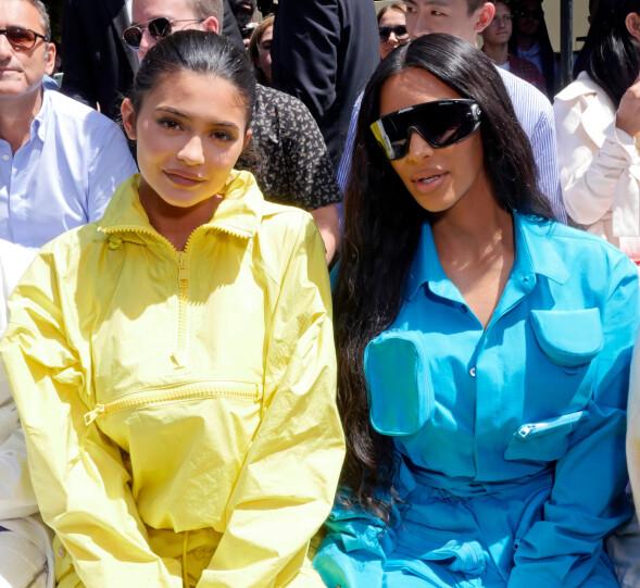 BERØMTE SØSTRE: 20-åringen satt ved siden av sin berømte storesøster Kim Kardashian under visningen til Louis Vuitton torsdag denne uken. Foto: NTB scanpix