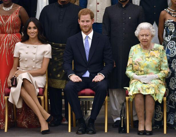 TAUSE: Hertugparet av Sussex har tilbrakt ettermiddagen sammen med dronning Elizabeth på et offentlig arrangement tirsdag. Foto: NTB Scanpix