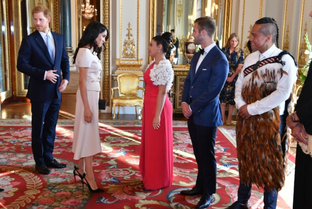 MØTTE UNGE LEDERE: Prins Harry og hertuginne Meghan sammen med flere av deltakerne på «The Queen's Young Leaders Awards»-seremonien tirsdag. Foto: REX/Shutterstock/ NTB scanpix
