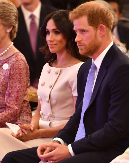 FULGTE MED: Hertuginne Meghan så ut til å følge nøye med under seremonien, mens prins Harry så hakket med sliten ut. Foto: REX/ Shutterstock/ NTB scanpix