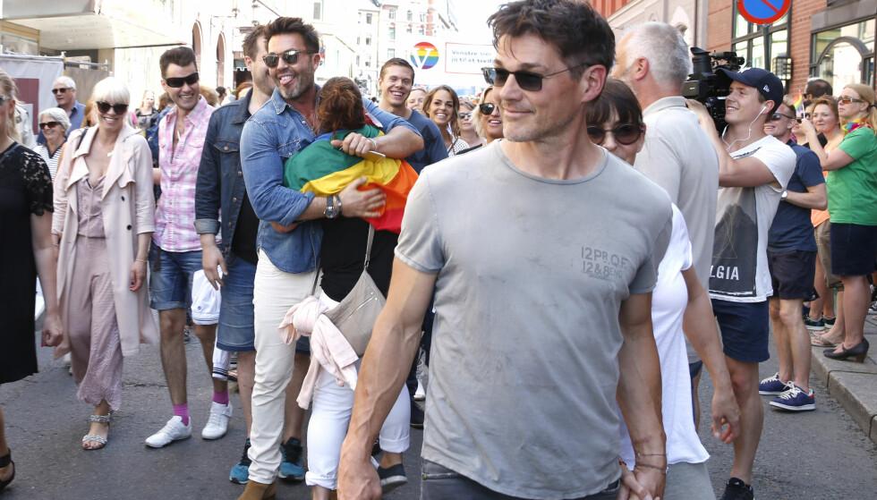 FESTDAG: Pride-paraden arrangeres årlig i Oslo. I 2016 gikk Jan Thomas (i midten) i paraden, blant annet sammen med Morten Harket (foran). Foto: Vidar Ruud / NTB Scanpix