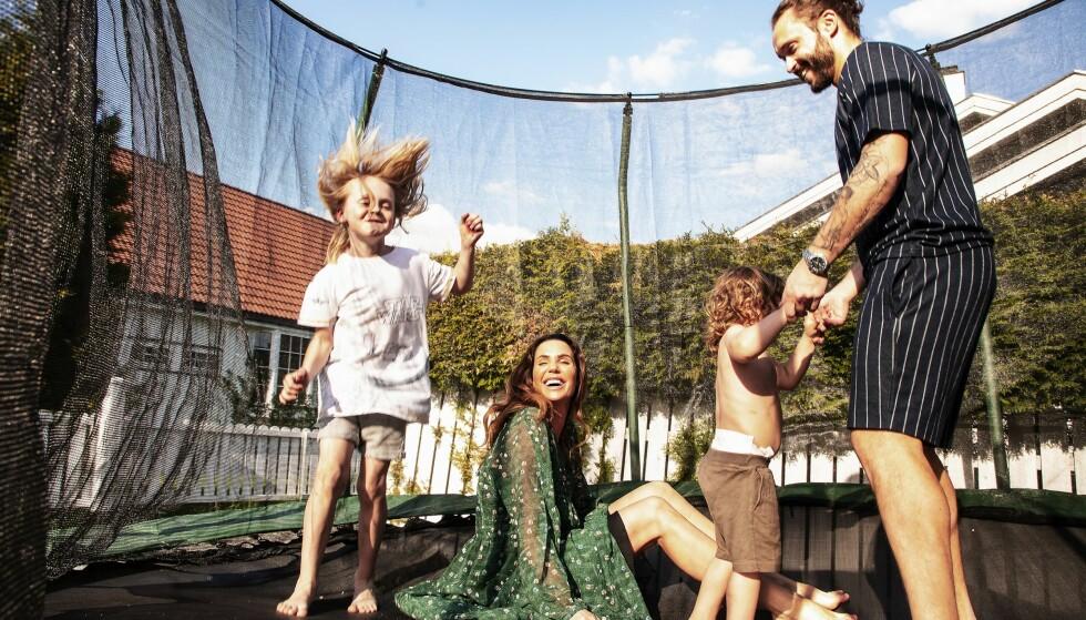 <strong>FLYR HØYT:</strong> På Lillestrøm har den kjærlige familien skapt seg et vakkert hjem. Trampolinen i hagen er de minstes favoritt. Foto: Tor Lindseth