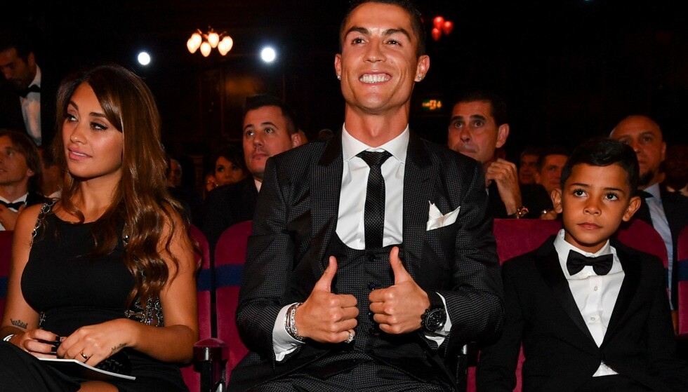 <strong>SPESIELL FAMILIE:</strong> Cristiano Ronaldo og sønnen Cristiano Ronaldo Jr., her med kona til Lionel Messi - Antonella Roccuzzo - på The Best FIFA Football Awards i fjor. Foto: AFP/ NTB scanpix